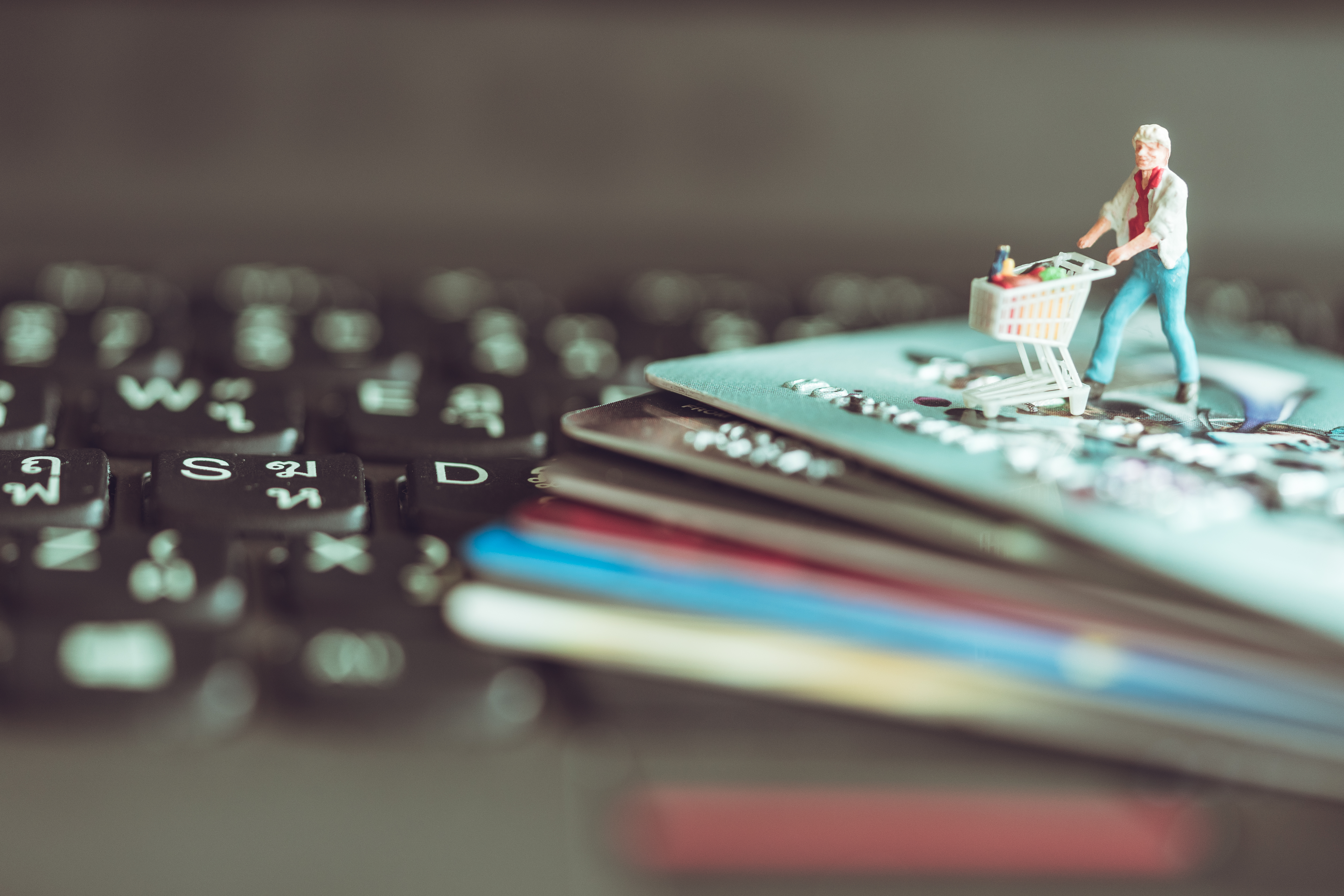 utente smart shopper che acquista su un e-commerce